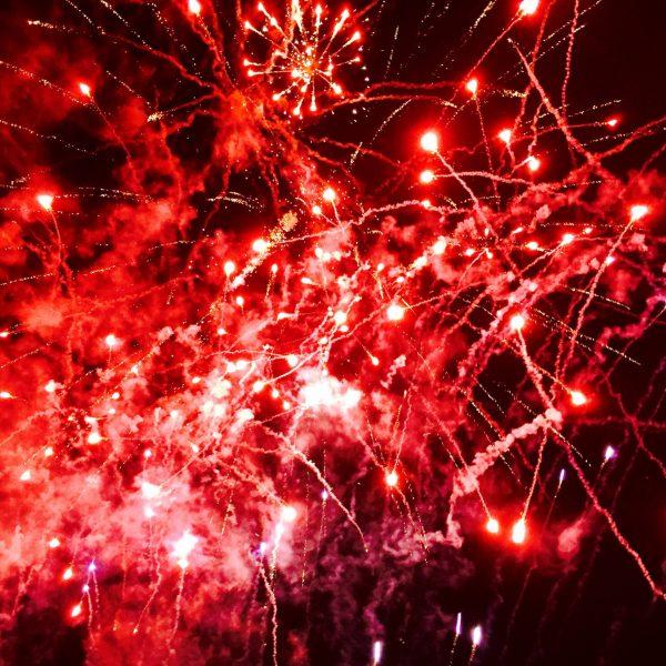 Foto: Höhenfeuerwerk: Crosette Rot